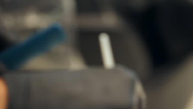 weibliche friseurin, die haarfärbemittel mischt und auf eine junge kundin aufwendet - haartönung stock-videos und b-roll-filmmaterial