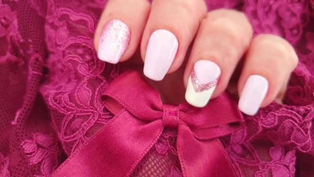 weibliche hand schöne maniküre - maniküre stock-videos und b-roll-filmmaterial
