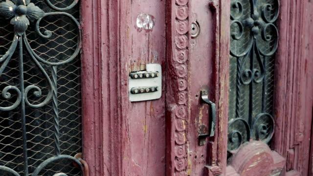 vídeos de stock, filmes e b-roll de mão fêmea que entra no código secreto na porta velha com um fechamento de combinação - pin