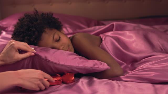 kvinnlig hand döljer barnens närvarande. - cosy pillows mother child bildbanksvideor och videomaterial från bakom kulisserna