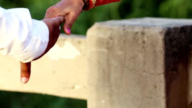 Vrouwelijke hand laat uit man hand video