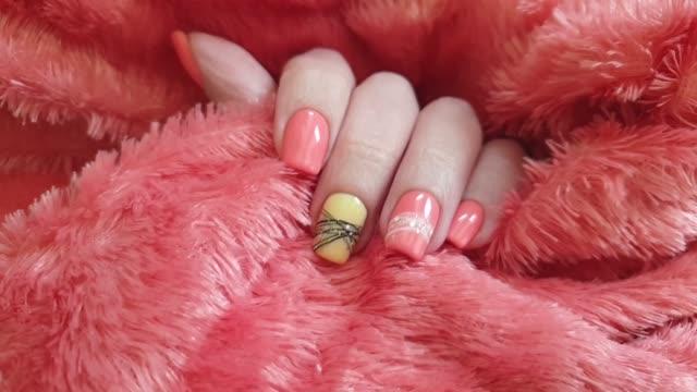 vídeos de stock, filmes e b-roll de camisola fêmea do manicure da mão - moda de inverno