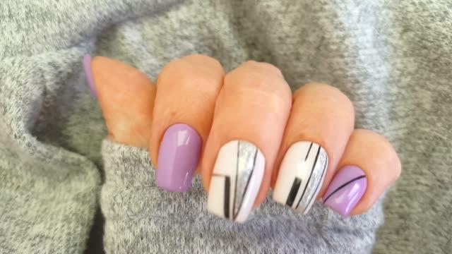 weibliche hand nagel schöne maniküre pullover elegant - maniküre stock-videos und b-roll-filmmaterial