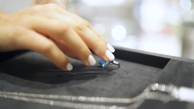 bir yüzüğü alarak el - sadece genç bir kadın stok videoları ve detay görüntü çekimi