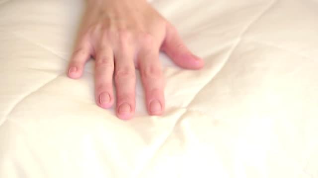 vídeos y material grabado en eventos de stock de mujer mano presionando sobre la almohada. almohada suave - colchón