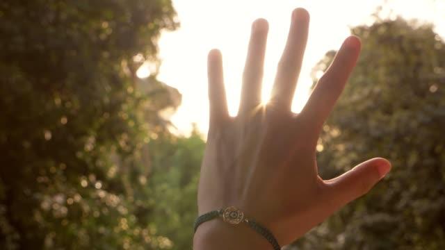 女性手太陽近くまで上げる - 女性 手点の映像素材/bロール