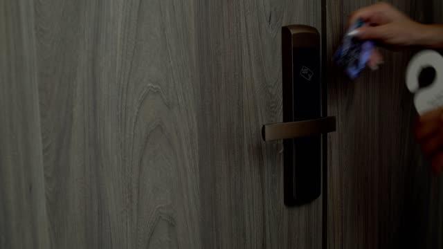 weibliche hand entfernt einen teller bitte schmink raum jetzt mit der tür und betritt den raum - mann tür heimlich stock-videos und b-roll-filmmaterial