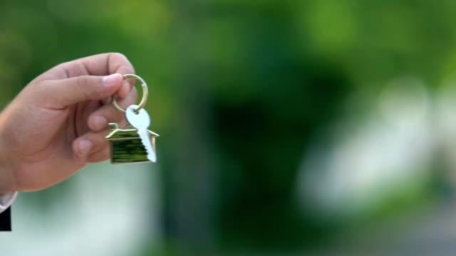 weibliche hand, die hausschlüssel von immobilienmakler, wohnungsmiete, immobilien - schlüssel videos stock-videos und b-roll-filmmaterial