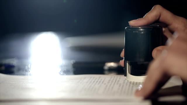 vidéos et rushes de femme main qui met un timbre dans le contrat - notaire