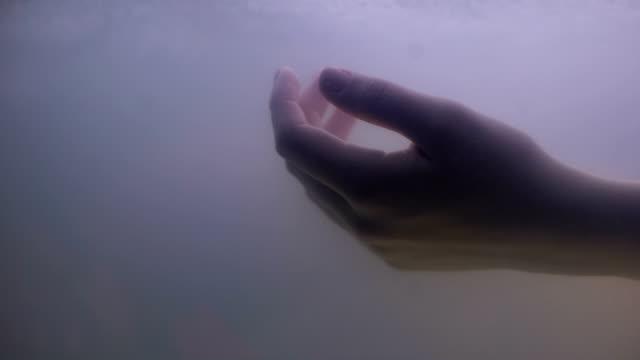 mano donna sott'acqua scura, annegata vittima di reato di suicidio, problema alla vita - cadavere video stock e b–roll