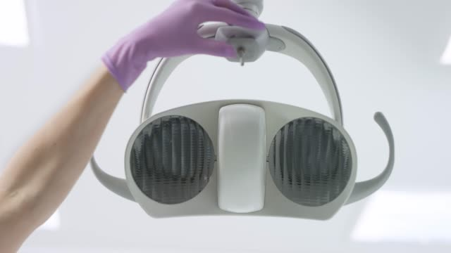 ld 女性手歯科光切り手袋を着用 - 歯科点の映像素材/bロール