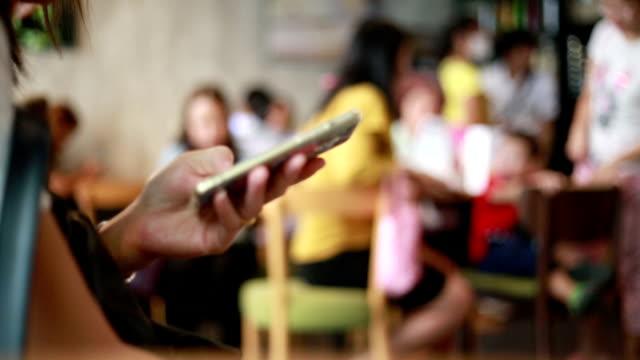 kvinnliga händer som håller smartphone - telefonmeddelande bildbanksvideor och videomaterial från bakom kulisserna
