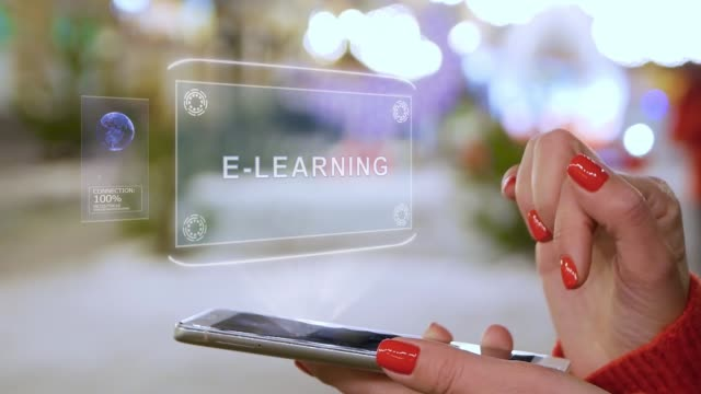 vidéos et rushes de les mains féminines interagissent avec l'hologramme hud e-learning - étudiant(e)