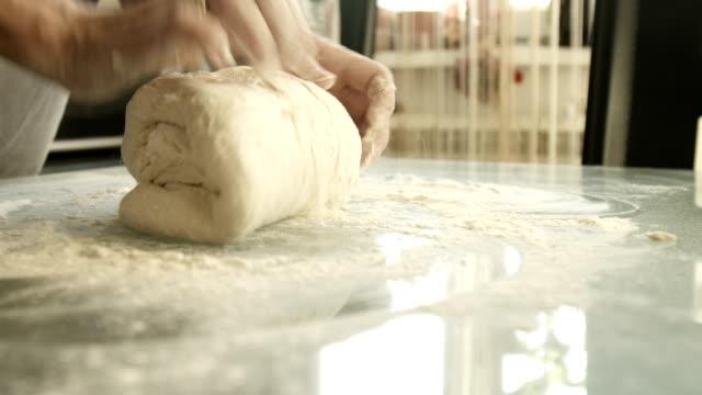 Weibliche Hände machen Hefe Teig – Video