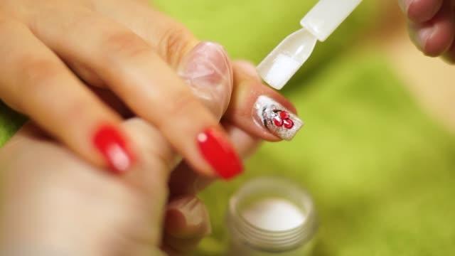 weibliche hände maniküre nahe ansicht - maniküre stock-videos und b-roll-filmmaterial