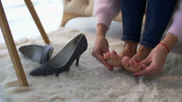 vídeos de stock, filmes e b-roll de femininas mãos massageando os pés doloridos e cansados em casa - perna termo anatômico