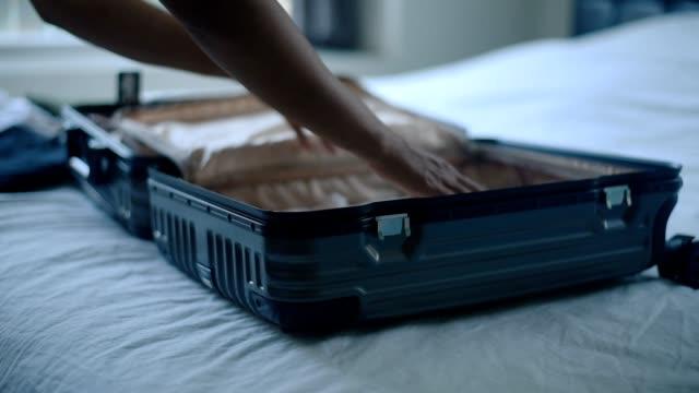 女性の手の休日のための袋をパッキングします。 - 荷造り点の映像素材/bロール
