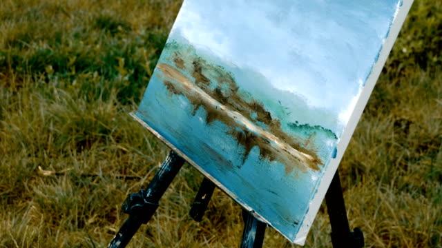 kvinnliga händer målar ett vattenlandskap med oljefärger med hjälp av en palettkniv 4k - människorygg bildbanksvideor och videomaterial från bakom kulisserna