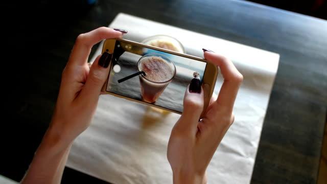 vídeos de stock, filmes e b-roll de mãos femininas fotografando café por smartphone - brand