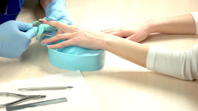 vidéos et rushes de femelle mains ongles récepteurs nettoyage. - cuticule