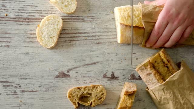 Female Hands Slicing Fresh Crusty Baguette - vídeo