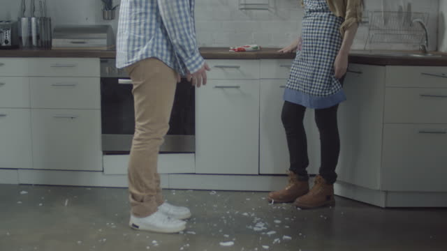 female hands smashing plate on kitchen floor - divorzio video stock e b–roll