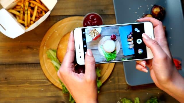 vídeos de stock e filmes b-roll de female hands taking photo of food with mobile phone - fotografar