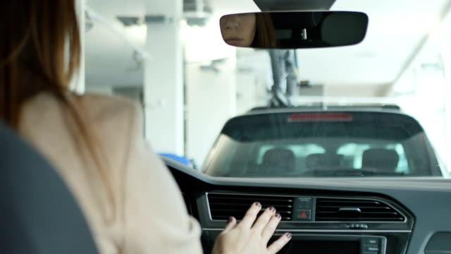 kvinnliga händer touch bil ventilationssystemet - kvinna ventilationssystem bildbanksvideor och videomaterial från bakom kulisserna