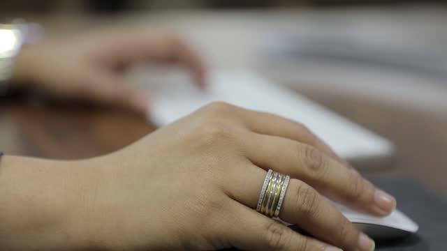 bilgisayar klavyesi üzerinde kadın eller yazarak ev ofis masasında pc yazılım uygulamaları teknoloji kavramı ile online çalışma oturup - www stok videoları ve detay görüntü çekimi