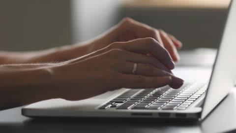 女性手在辦公桌上的筆記本電腦上打字,特寫視圖 - laptop 個影片檔及 b 捲影像