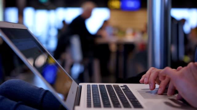 女性手打字筆記本電腦鍵盤, 婦女在機場大廳工作, 學習 - cafe 個影片檔及 b 捲影像