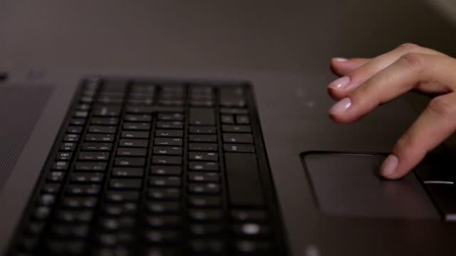 weibliche hände tippen auf laptop - mouse pad stock-videos und b-roll-filmmaterial