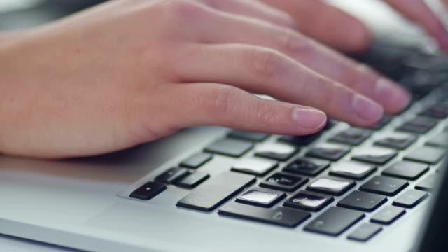 weibliche hand tippen auf der tastatur - menschlicher finger stock-videos und b-roll-filmmaterial