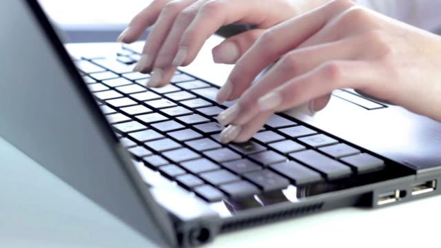 vídeos de stock, filmes e b-roll de fêmea mãos digitando - acessibilidade