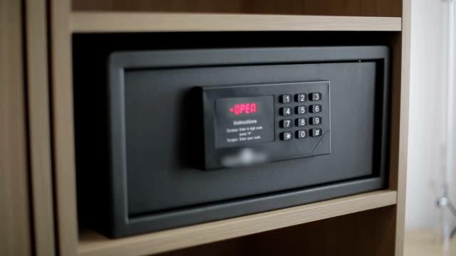 여성 손을 잠금 해제 홉합 안전한 호텔 객실 - 안전 스톡 비디오 및 b-롤 화면