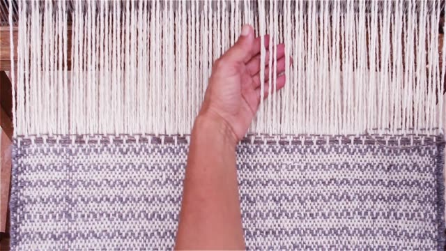 kvinnliga händer med en traditionell trävävstol. - väva bildbanksvideor och videomaterial från bakom kulisserna