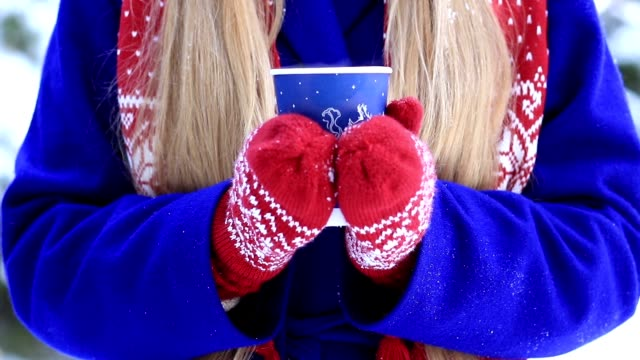 vídeos de stock, filmes e b-roll de mãos femininas com bebida quente ao ar livre em dia de inverno - chocolate quente