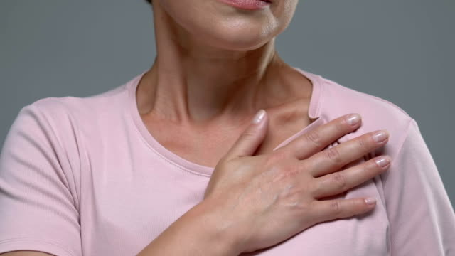 vídeos de stock e filmes b-roll de female hardly breathing holding hand on chest, risk of heart attack, pain - coração fraco