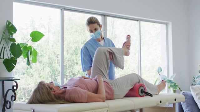 여성 건강 노동자 스트레칭 다리 의 노인 여자 에 집에서 - physical therapy 스톡 비디오 및 b-롤 화면
