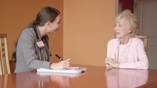 女性の健康の専門家を求めるシニア女性の質問 ビデオ