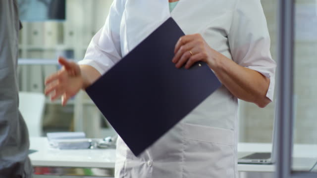Bидео Female Healthcare Specialist Shaking Hands with Male Patient