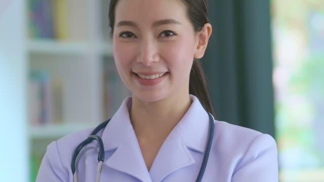 stockvideo's en b-roll-footage met vrouwelijke gezondheidswerker - raam bezoek