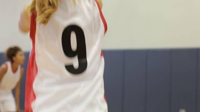 Hembra High School jugador de baloncesto puntuación de la cesta - vídeo