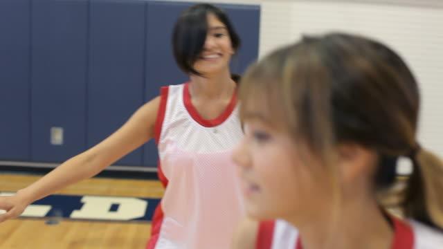 Femme jouant un jeu de l'équipe de Basketball de l'école - Vidéo