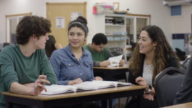 weiblich high school lehrer, die schüler zu unterstützen - highschool lehrer stock-videos und b-roll-filmmaterial