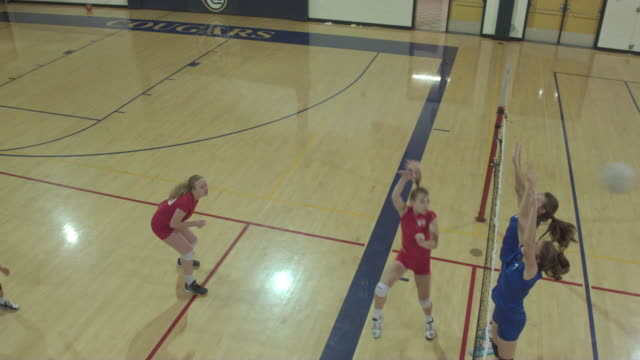 vídeos y material grabado en eventos de stock de jugadores de voleibol de la escuela superior compitiendo en un juego - deportes de la escuela secundaria