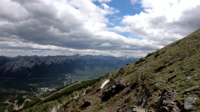 wanderin kommt auf berggipfel - eskapismus stock-videos und b-roll-filmmaterial