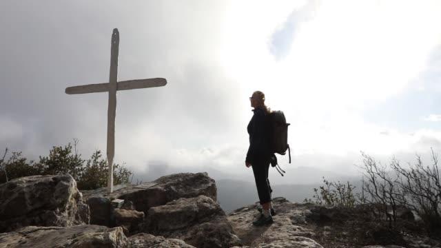 vidéos et rushes de randonneuse détend au-dessus de la vallée de montagne dans le brouillard - évasion du réel