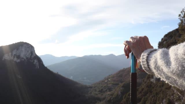 vidéos et rushes de randonneuse détend au-dessus de sunrise valley - évasion du réel