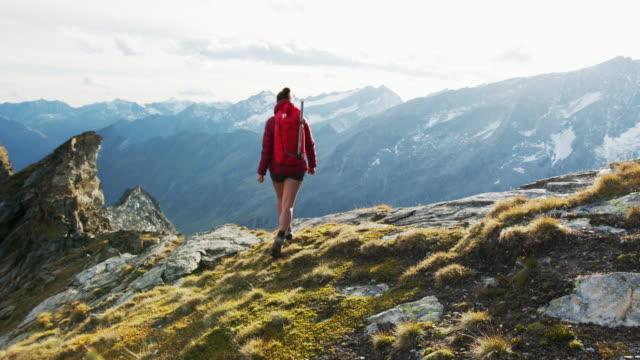 vídeos y material grabado en eventos de stock de mujer excursionista caminando hacia la cámara - austria